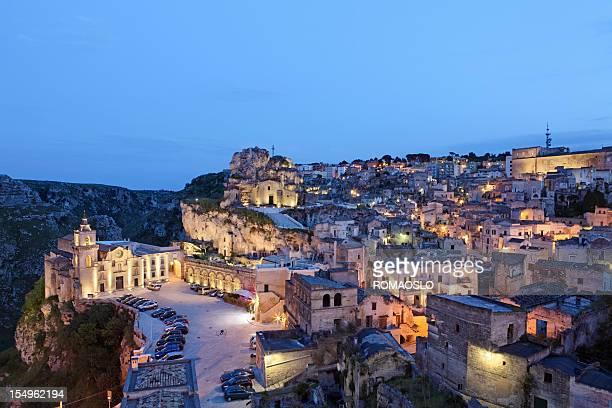 Sassi di Matera Basilicata paesaggio urbano di notte, Italia