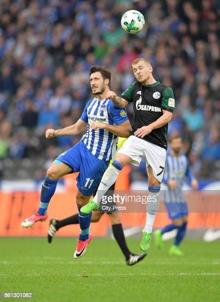 Mathew Leckie of Hertha BSC and Max Meyer of FC Schalke 04 during the game between Hertha BSC and Schalke 04 on october 14 2017 in Berlin Germany