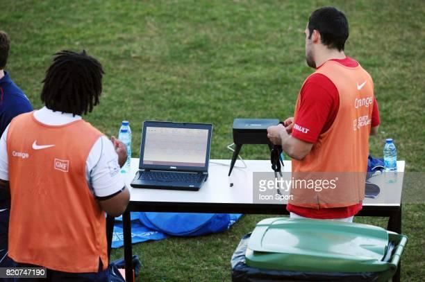 Mathieu BASTAREAUD et David MARTY regardant leurs performance sur l'ordinateur du staff medical Entrainement de l'Equipe de France Centre National du...
