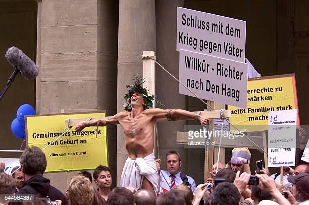 Mathieu Carriere Schauspieler als Jesus am Kreuz während seiner Aktion in Berlin die auf das Schicksal von Trennungskindern und das Sorgerecht für...