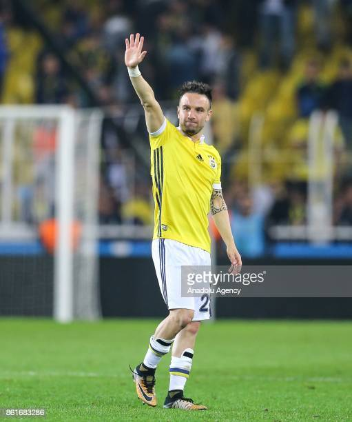 Mathieu Valbuena of Fenerbahce greets the supporters after the Turkish Super Lig match between Fenerbahce and Evkur Yeni Malatyaspor at Sukru...