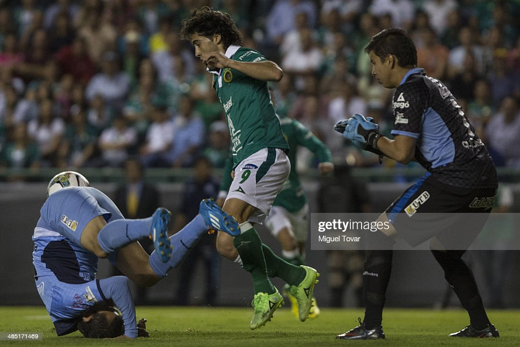Matias Britos of Leon fights for the ball with Romel Javier Qui–—nez during a second round match between Leon and Bolivar as part of the Copa Bridgestone Libertadores 2014 at Leon Stadium on April 16, 2014 in Leon, Mexico.