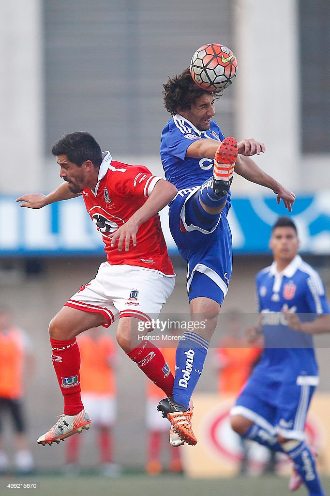 Matias Corujo of U de Chile fights for the ball with <a gi-track='captionPersonalityLinkClicked' href=/galleries/search?phrase=Francisco+Pizarro&family=editorial&specificpeople=233932 ng-click='$event.stopPropagation()'>Francisco Pizarro</a> of Union La Calera during a match between Union La Calera and U de Chile as part of 14 round of Torneo Apertura 2015 at Nacional Bicentenario Lucio Farina Stadium on November 29, 2015 in Quillota, Chile.