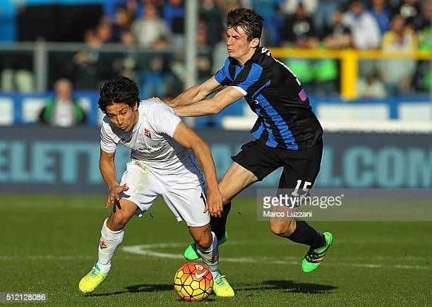 Matias Fernandez of ACF Fiorentina competes for the ball with Marten De Roon of Atalanta BC during the Serie A match between Atalanta BC and ACF...