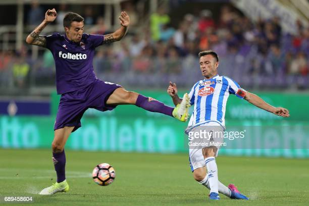Matias Vecino of ACF Fiorentina battles for the ball with Leidan Memushaj of Pescara Calcio during the Serie A match between ACF Fiorentina and...