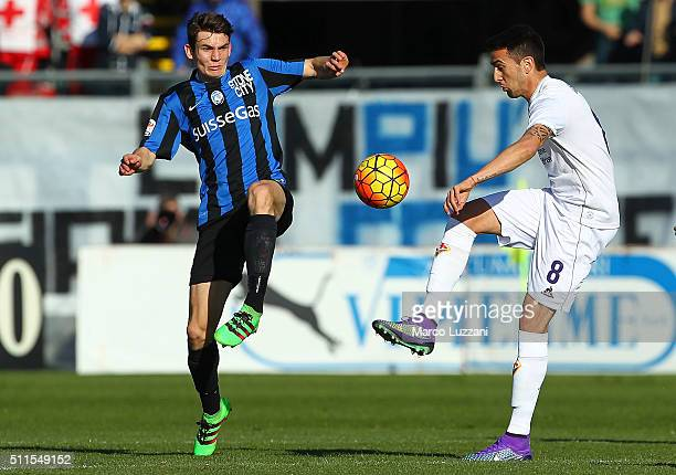 Matias Vecino of ACF Fiorentina competes for the ball with Marten De Roon of Atalanta BC during the Serie A match between Atalanta BC and ACF...