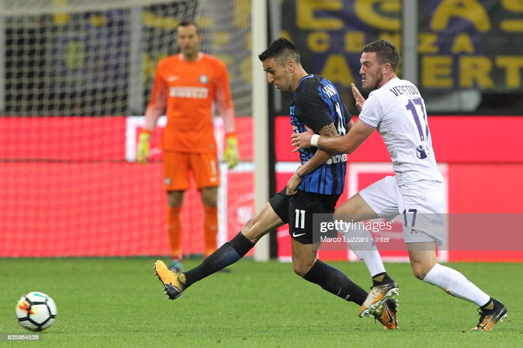 Matias Vecino of FC Internazionale (L) competes for the ball with Jordan Veretout of ACF Fiorentina during the Serie A match between FC Internazionale and ACF Fiorentina at Stadio Giuseppe Meazza on August 20, 2017 in Milan, Italy.
