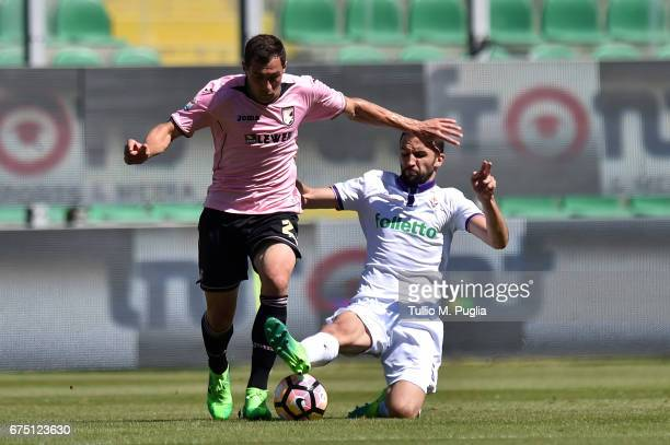 Mato Jajalo of Palermo is challenged by Milan Badelj of Fiorentina during the Serie A match between US Citta di Palermo and ACF Fiorentina at Stadio...