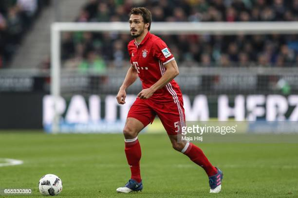 Mats Hummels of Bayern controls the ball during the Bundesliga match between Borussia Moenchengladbach and Bayern Muenchen at BorussiaPark on March...