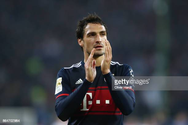 Mats Hummels of Bayern Muenchen applauds after the Bundesliga match between Hamburger SV and FC Bayern Muenchen at Volksparkstadion on October 21...