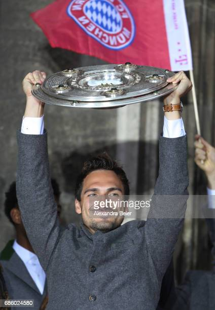 Mats Hummels of Bayern Muenchen celebrates winning the 67th German Championship title on the town hall balcony at Marienplatz on May 20 2017 in...