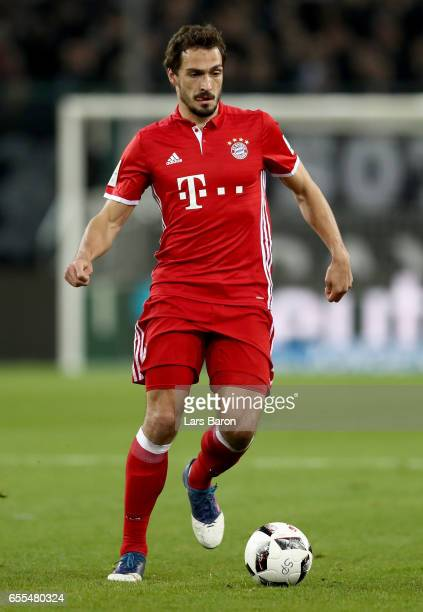 Mats Hummels of Bayern Muenchen runs with the ball during the Bundesliga match between Borussia Moenchengladbach and Bayern Muenchen at BorussiaPark...