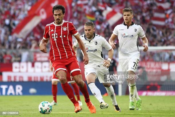 Mats Hummels of Bayern Muenchen Yoric Ravert of Freiburg and Florian Niederlechner of Freiburg during the Bundesliga match between FC Bayern Muenchen...