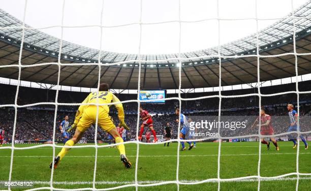 Mats Hummels of Bayern Munich scores a goal pas Rune Almenning Jarstein of Hertha Berlin during the Bundesliga match between Hertha BSC and FC Bayern...