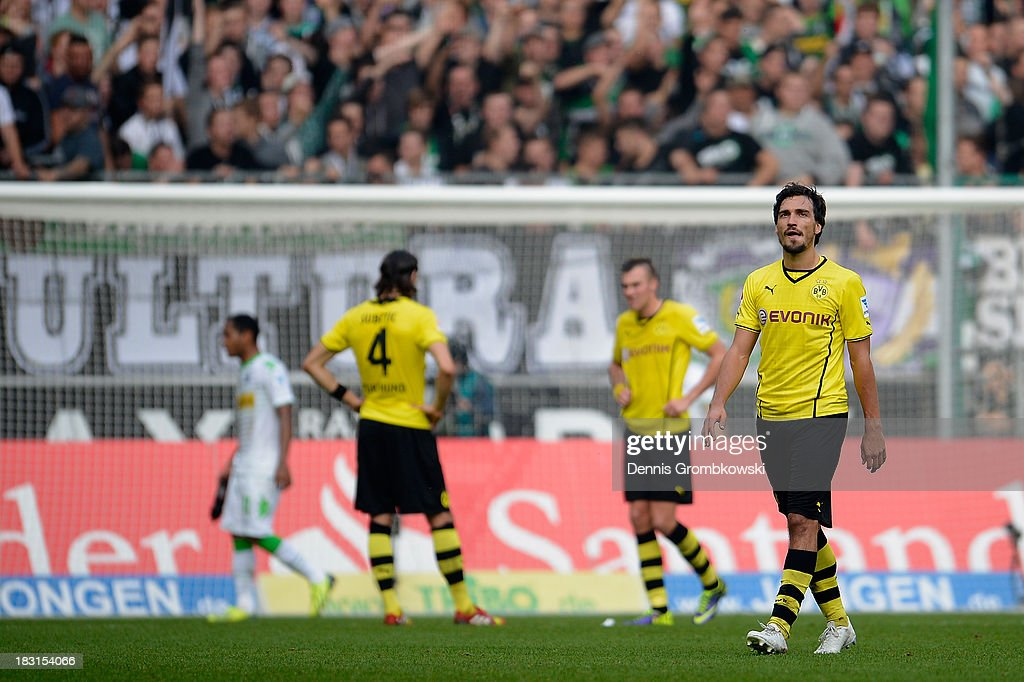 <a gi-track='captionPersonalityLinkClicked' href=/galleries/search?phrase=Mats+Hummels&family=editorial&specificpeople=595395 ng-click='$event.stopPropagation()'>Mats Hummels</a> of Borussia Dortmund reacts after being shown the red card during the Bundesliga match between Borussia Moenchengladbach and Borussia Dortmund at Borussia-Park on October 5, 2013 in Moenchengladbach, Germany.