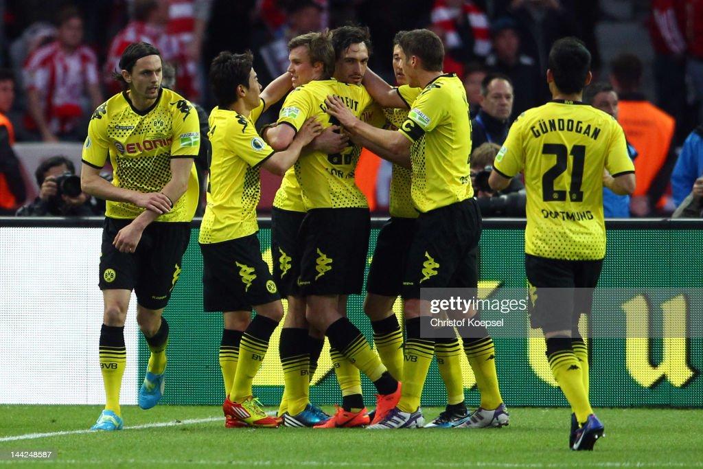 Mats Hummels of Dortmund celebrates the second goal with Neven Subotic Shinji Kagawa Kevin Grosskreutz Robert Lewandowski Sebastian Kehl and Ilkay...