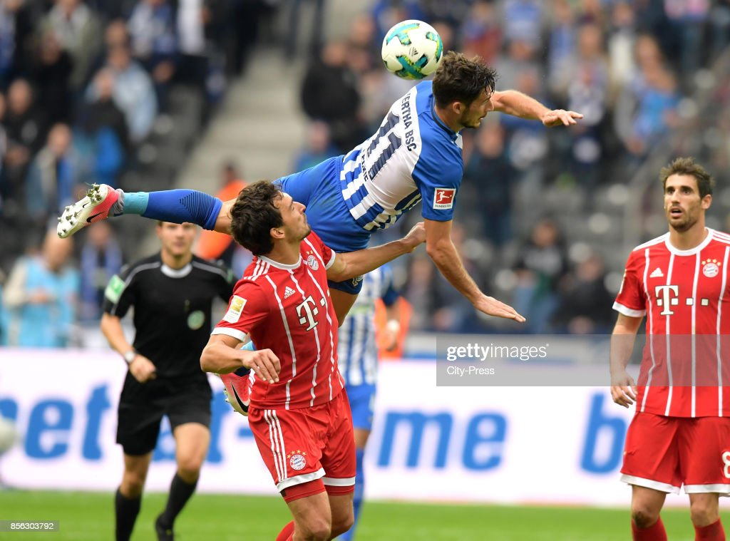 Mats Hummels of FC Bayern Muenchen and Mathew Leckie of Hertha BSC during the game between Hertha BSC and FC Bayern Muenchen on october 1, 2017 in Berlin, Germany.
