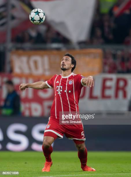 Mats Hummels of FC Bayern Muenchen controls the ball during the UEFA Champions League group B match between Bayern Muenchen and Celtic FC at Allianz...