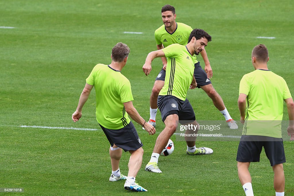 <a gi-track='captionPersonalityLinkClicked' href=/galleries/search?phrase=Mats+Hummels&family=editorial&specificpeople=595395 ng-click='$event.stopPropagation()'>Mats Hummels</a> (C) of Germany plays the ball with his team mates Bastian Schweinsteiger (L), Jonas Hector (top) and <a gi-track='captionPersonalityLinkClicked' href=/galleries/search?phrase=Joshua+Kimmich&family=editorial&specificpeople=9479434 ng-click='$event.stopPropagation()'>Joshua Kimmich</a> (R) during a Germany training session ahead of their Euro 2016 round of 16 match against Slovakia at Ermitage Evian on June 25, 2016 in Evian-les-Bains, France.