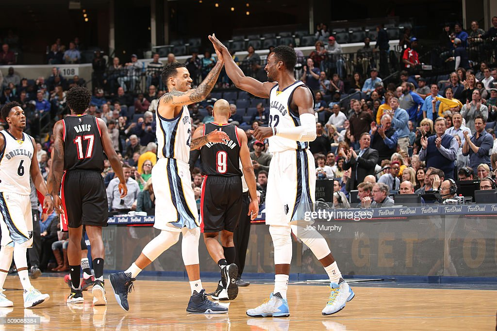 <a gi-track='captionPersonalityLinkClicked' href=/galleries/search?phrase=Matt+Barnes+-+Jugador+de+baloncesto&family=editorial&specificpeople=202880 ng-click='$event.stopPropagation()'>Matt Barnes</a> #22 of the Memphis Grizzlies shakes hands with Jeff Green #32 of the Memphis Grizzlies during the game against the Portland Trail Blazers on February 8, 2016 at FedExForum in Memphis, Tennessee.
