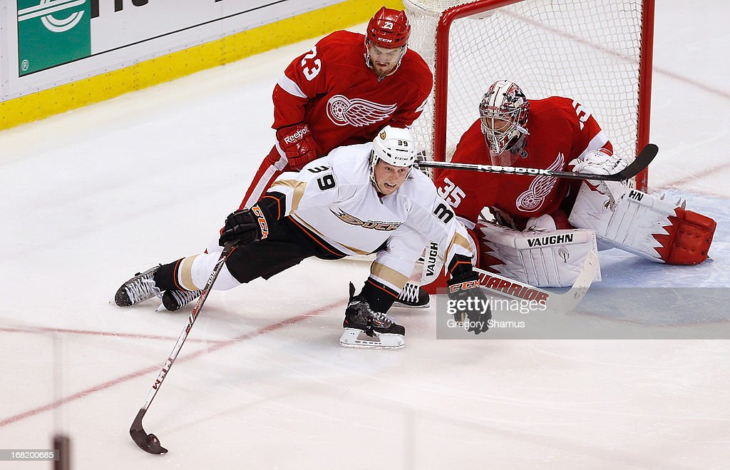 <a gi-track='captionPersonalityLinkClicked' href=/galleries/search?phrase=Matt+Beleskey&family=editorial&specificpeople=570471 ng-click='$event.stopPropagation()'>Matt Beleskey</a> #39 of the Anaheim Ducks tries to get an overtime shot off while battling with <a gi-track='captionPersonalityLinkClicked' href=/galleries/search?phrase=Brian+Lashoff&family=editorial&specificpeople=5529056 ng-click='$event.stopPropagation()'>Brian Lashoff</a> #23 and <a gi-track='captionPersonalityLinkClicked' href=/galleries/search?phrase=Jimmy+Howard&family=editorial&specificpeople=2118637 ng-click='$event.stopPropagation()'>Jimmy Howard</a> #35 of the Detroit Red Wings in Game Four of the Western Conference Quarterfinals during the 2013 NHL Stanley Cup Playoffs at Joe Louis Arena on May 6, 2013 in Detroit, Michigan. Detroit won the game 3-2 in overtime to tie the series 2-2.