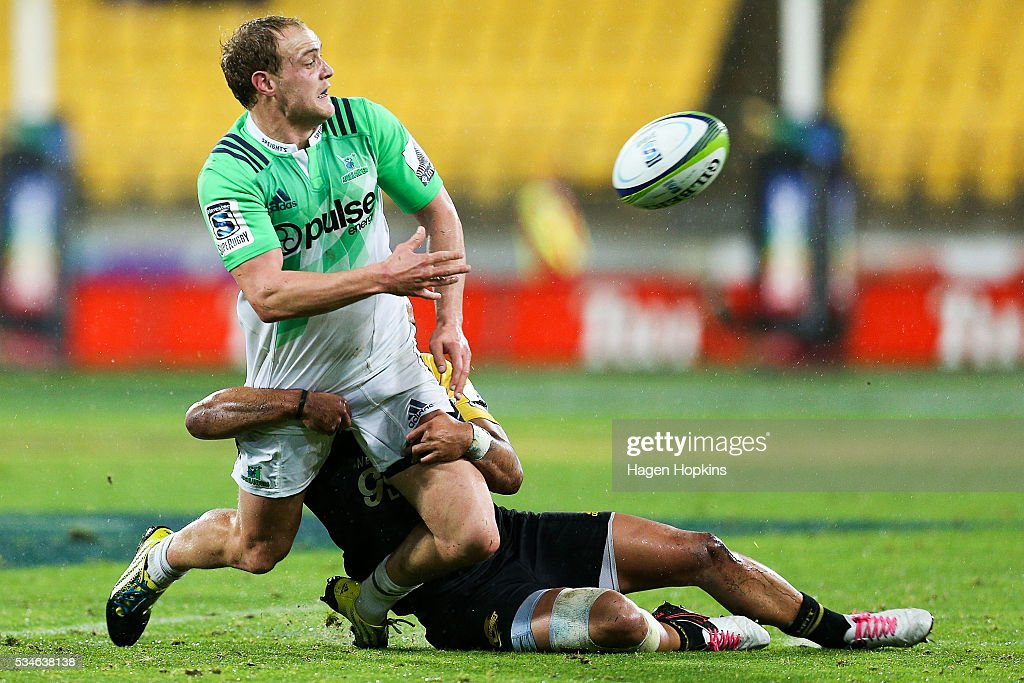 Matt Faddes of the Highlanders gets a pass away in the tackle of <a gi-track='captionPersonalityLinkClicked' href=/galleries/search?phrase=Matt+Proctor&family=editorial&specificpeople=9837904 ng-click='$event.stopPropagation()'>Matt Proctor</a> of the Hurricanes during the round 14 Super Rugby match between the Hurricanes and the Highlanders at Westpac Stadium on May 27, 2016 in Wellington, New Zealand.