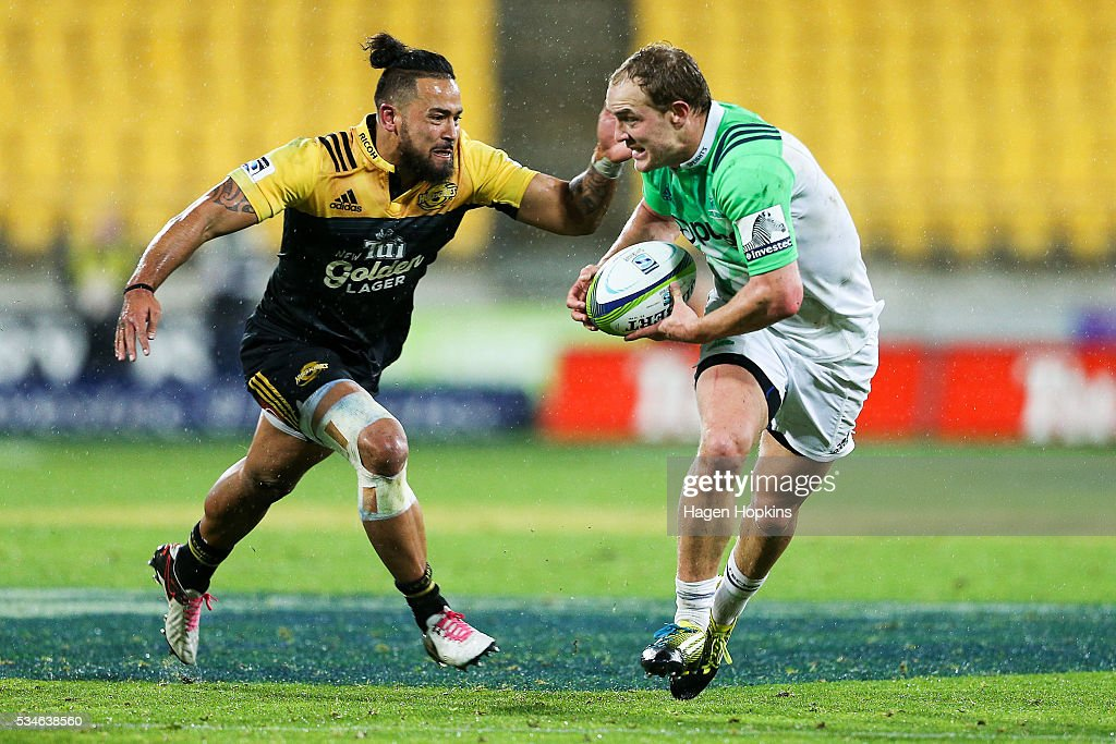 Matt Faddes of the Highlanders looks to evade the tackle of <a gi-track='captionPersonalityLinkClicked' href=/galleries/search?phrase=Matt+Proctor&family=editorial&specificpeople=9837904 ng-click='$event.stopPropagation()'>Matt Proctor</a> of the Hurricanes during the round 14 Super Rugby match between the Hurricanes and the Highlanders at Westpac Stadium on May 27, 2016 in Wellington, New Zealand.
