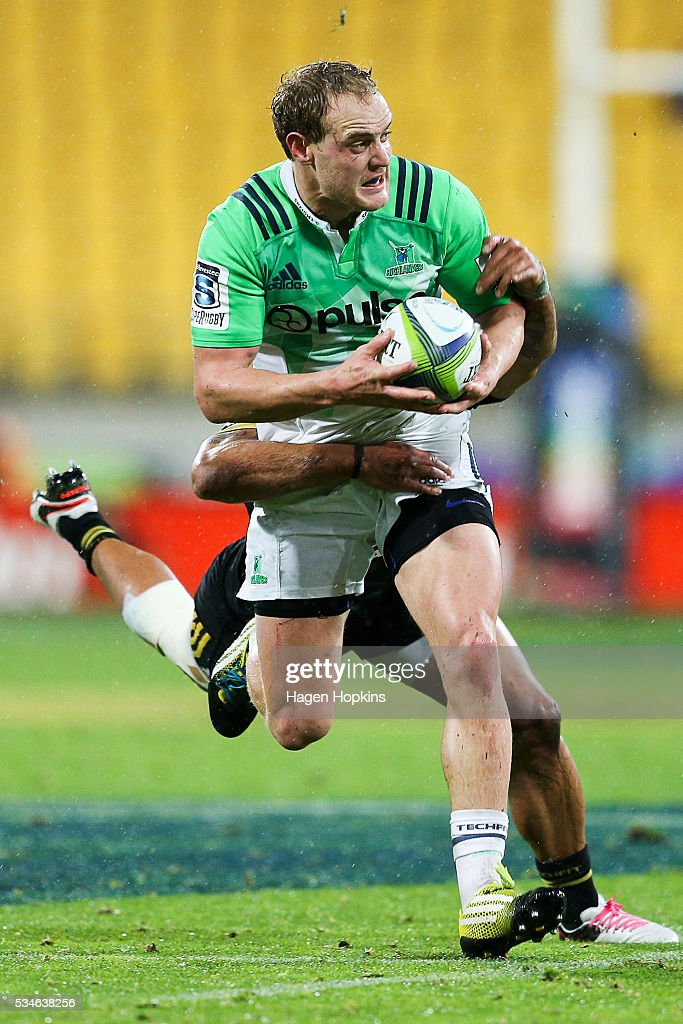 Matt Faddes of the Highlanders looks to pass in the tackle of <a gi-track='captionPersonalityLinkClicked' href=/galleries/search?phrase=Matt+Proctor&family=editorial&specificpeople=9837904 ng-click='$event.stopPropagation()'>Matt Proctor</a> of the Hurricanes during the round 14 Super Rugby match between the Hurricanes and the Highlanders at Westpac Stadium on May 27, 2016 in Wellington, New Zealand.