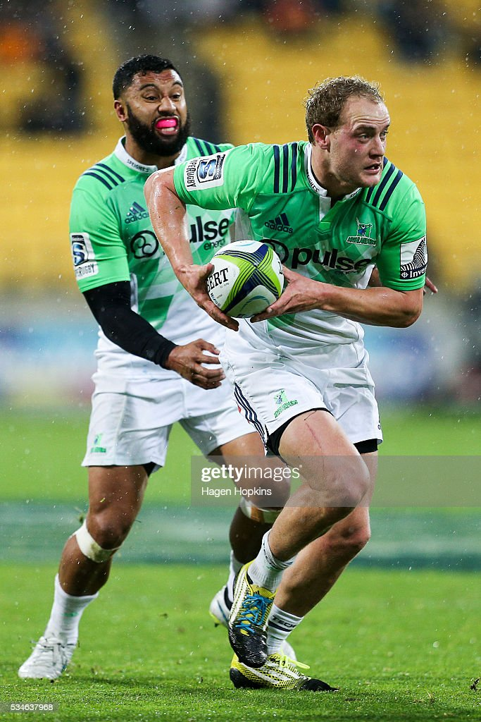 Matt Faddes of the Highlanders makes a break with support from <a gi-track='captionPersonalityLinkClicked' href=/galleries/search?phrase=Lima+Sopoaga&family=editorial&specificpeople=7196726 ng-click='$event.stopPropagation()'>Lima Sopoaga</a> during the round 14 Super Rugby match between the Hurricanes and the Highlanders at Westpac Stadium on May 27, 2016 in Wellington, New Zealand.