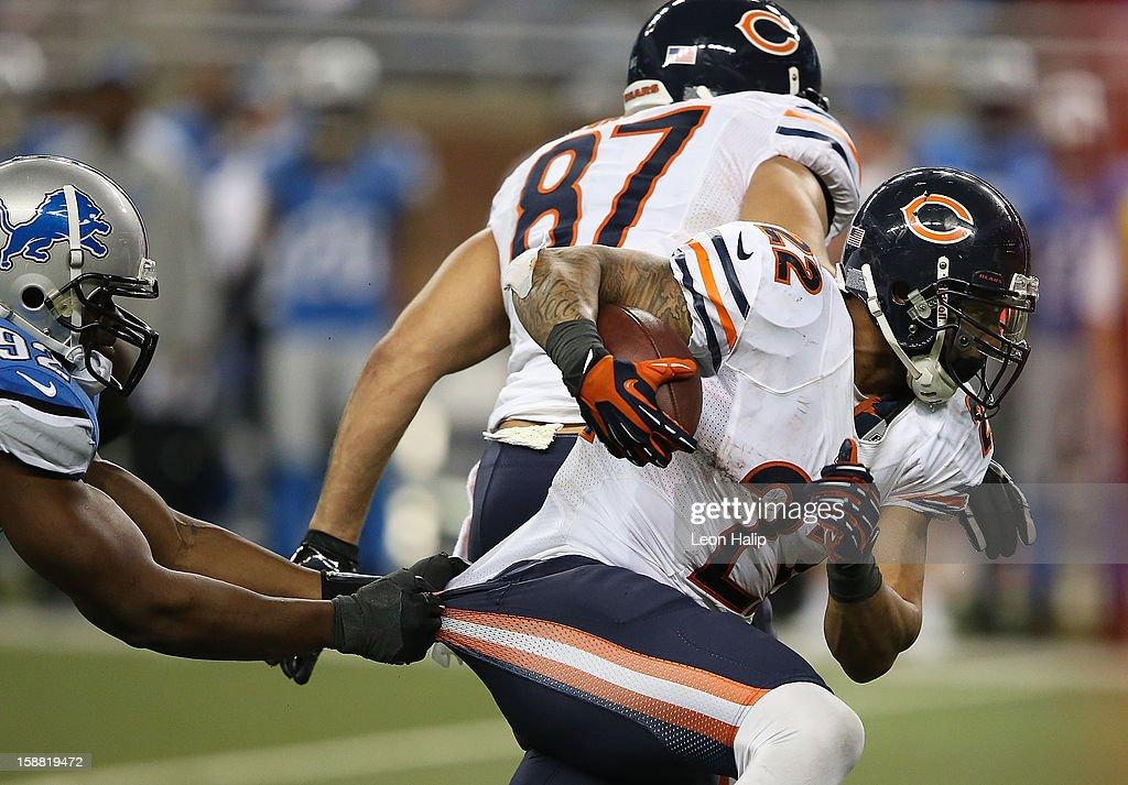 <a gi-track='captionPersonalityLinkClicked' href=/galleries/search?phrase=Matt+Forte&family=editorial&specificpeople=2246847 ng-click='$event.stopPropagation()'>Matt Forte</a> #22 of the Chicago Bears runs for a short gain during the fourth quarter as Cliff Avril #92 of the Detroit Lions attempts to make the stop during the game at Ford Field on December 30, 2012 in Detroit, Michigan. The Bears defeted the Lions 26-24.