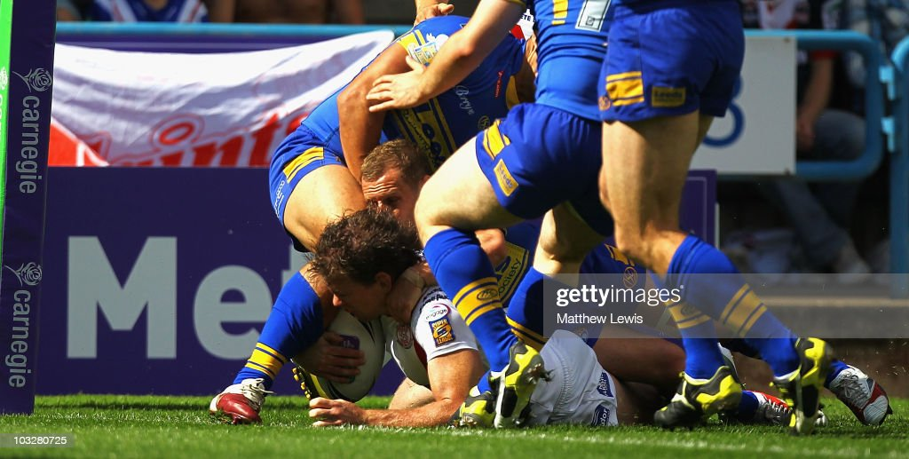 Matt Gidley of St Helens scores a try during the Carnegie Challenge Cup Semi Final match between Leeds Rhinos and St. Helens at the Galpharm Stadium on August 7, 2010 in Huddersfield, England.