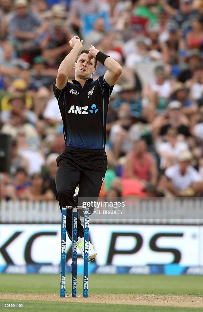 Matt Henry of New Zealand bowls during the third one-day international cricket match between New Zealand and Australia at Seddon Park in Hamilton on February 8, 2016. AFP PHOTO / MICHAEL BRADLEY / AFP / MICHAEL BRADLEY