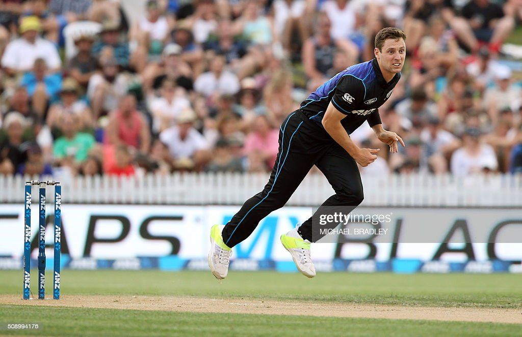 Matt Henry of New Zealand bowls during the third one-day international cricket match between New Zealand and Australia at Seddon Park in Hamilton on February 8, 2016.   AFP PHOTO / MICHAEL BRADLEY / AFP / MICHAEL BRADLEY