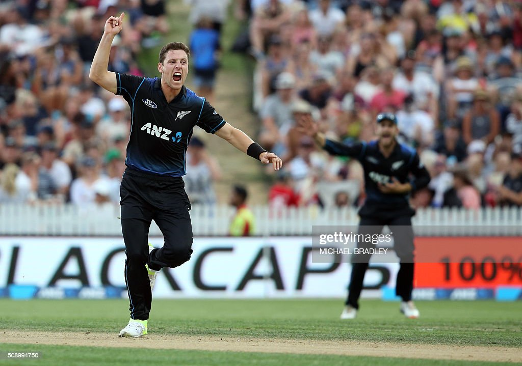 Matt Henry of New Zealand (L) unsuccessfully appeals for a wicket during the third one-day international cricket match between New Zealand and Australia at Seddon Park in Hamilton on February 8, 2016.   AFP PHOTO / MICHAEL BRADLEY / AFP / MICHAEL BRADLEY