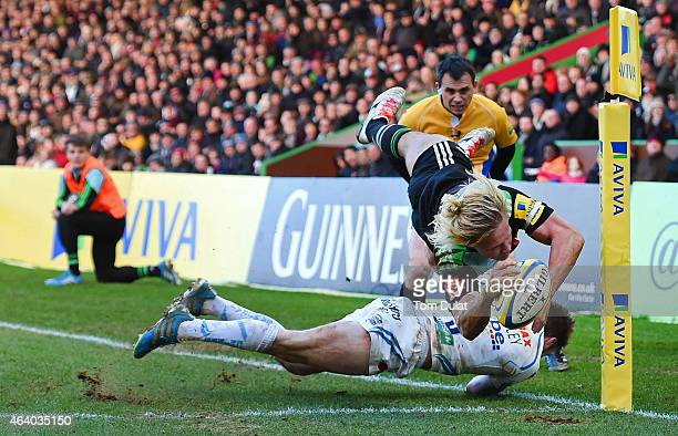 Matt Hopper of Harlequins scores his sides try during the Aviva Premiership match between Harlequins and Exeter Chiefs at the Twickenham Stoop on...