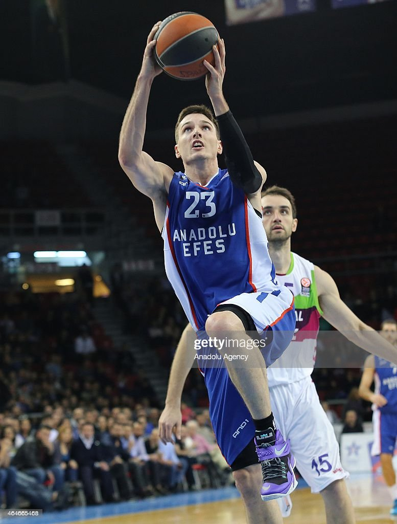 Anadolu Efes Istanbul v Laboral Kutxa Vitoria - Turkish Airlines Euroleague Top 16