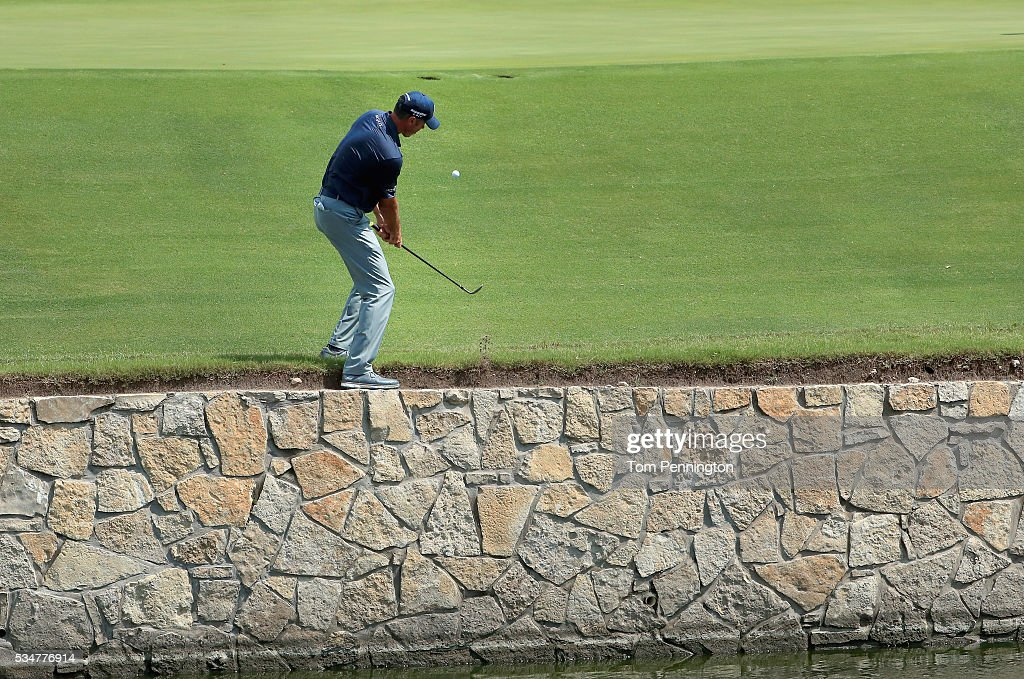 <a gi-track='captionPersonalityLinkClicked' href=/galleries/search?phrase=Matt+Kuchar&family=editorial&specificpeople=243226 ng-click='$event.stopPropagation()'>Matt Kuchar</a> chips onto the 18th green during the Second Round of the DEAN & DELUCA Invitational at Colonial Country Club on May 27, 2016 in Fort Worth, Texas.