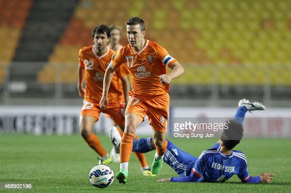 Matt Mckay of Brisbane Roar controls the ball during the AFC Champions League Group G match between Suwon Samsung FC and Brisbane Roar at Suwon World...