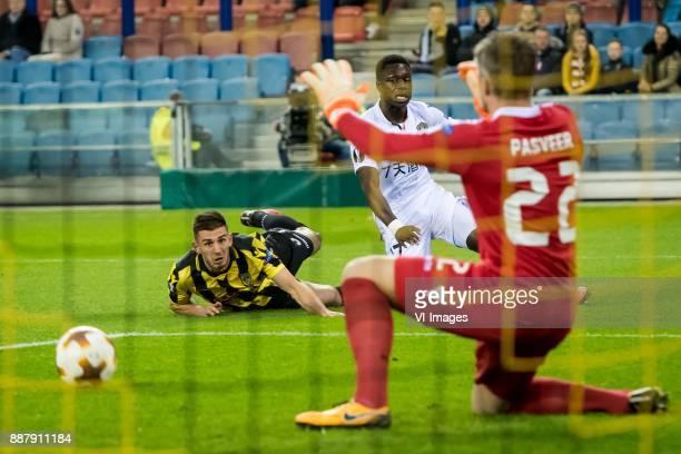 Matt Miazga of Vitesse JeanVictor Makengo of OGC Nice during the UEFA Europa League group K match between Vitesse Arnhem and OGC Nice at Gelredome on...