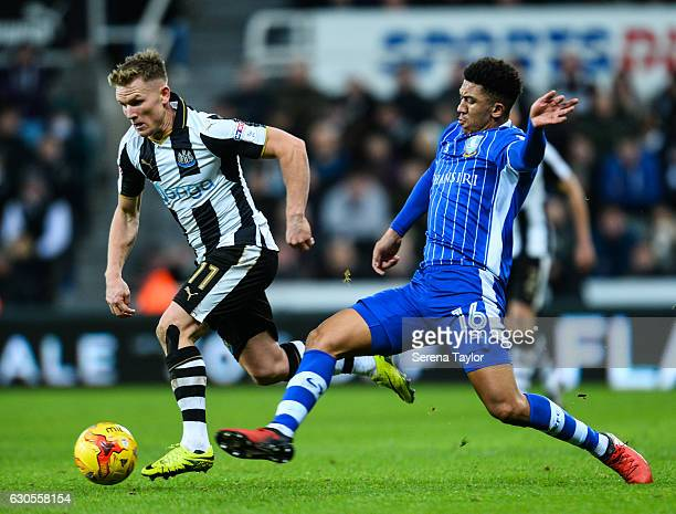 Matt Ritchie of Newcastle United runs with the ball whilst Liam Palmer of Sheffield Wednesday looks to challenge him during the Sky Bet Championship...