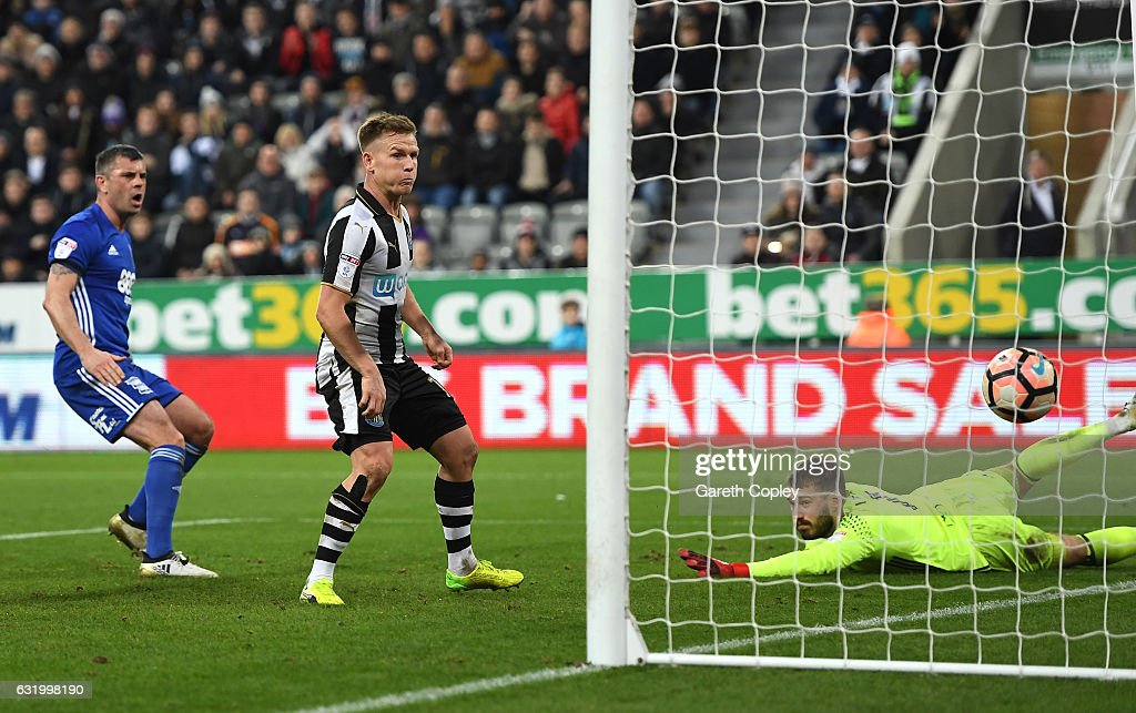 Matt Ritchie of Newcastle United scores his sides third goal during The Emirates FA Cup Third Round Replay match between Newcastle United and Birmingham City at St James' Park on January 18, 2017 in Newcastle upon Tyne, England.