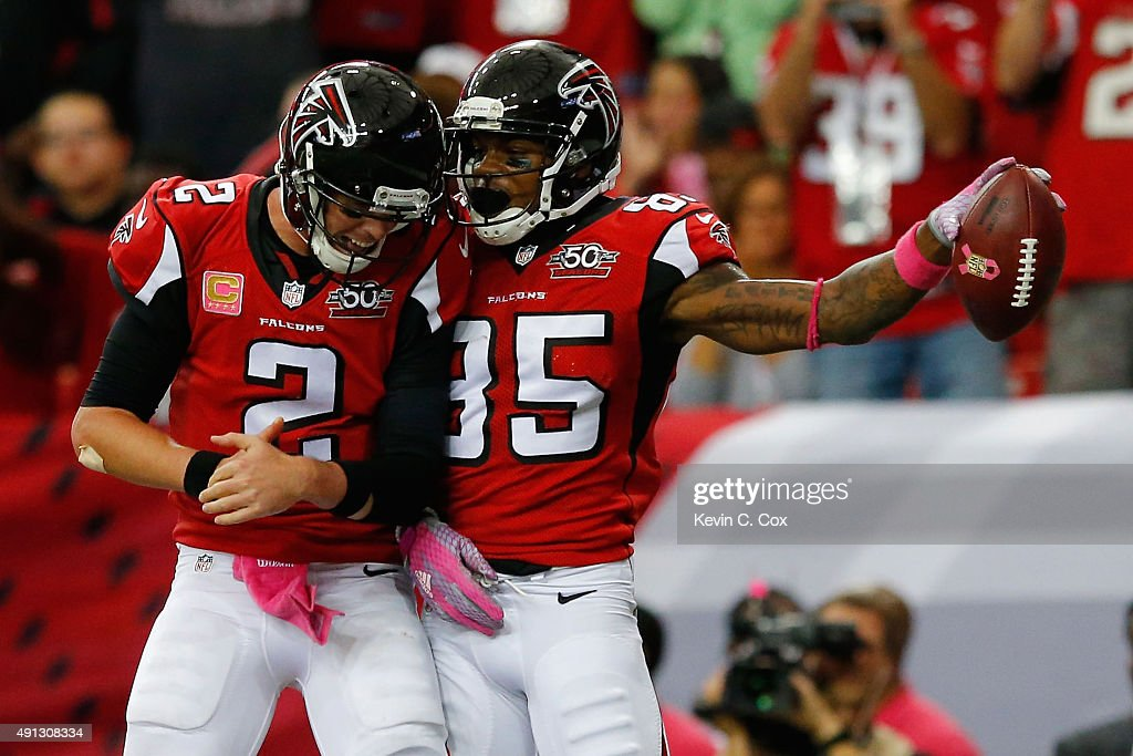 <a gi-track='captionPersonalityLinkClicked' href=/galleries/search?phrase=Matt+Ryan+-+Football+am%C3%A9ricain&family=editorial&specificpeople=4951318 ng-click='$event.stopPropagation()'>Matt Ryan</a> #2 of the Atlanta Falcons celebrates a touchdown with <a gi-track='captionPersonalityLinkClicked' href=/galleries/search?phrase=Leonard+Hankerson&family=editorial&specificpeople=5507689 ng-click='$event.stopPropagation()'>Leonard Hankerson</a> #85 in the first half against the Houston Texans at the Georgia Dome on October 4, 2015 in Atlanta, Georgia.
