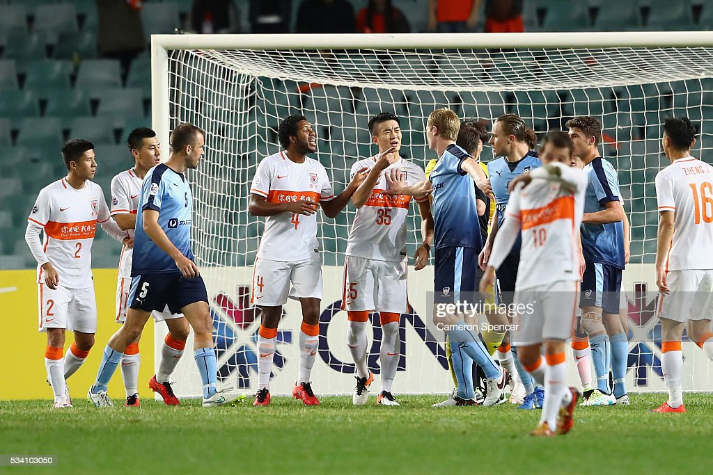 Matt Simon of Sydney FC has an altercation with Shandong Luneng players during the AFC Asian Champions League match between Sydney FC and Shandong Luneng at Allianz Stadium on May 25, 2016 in Sydney, Australia.