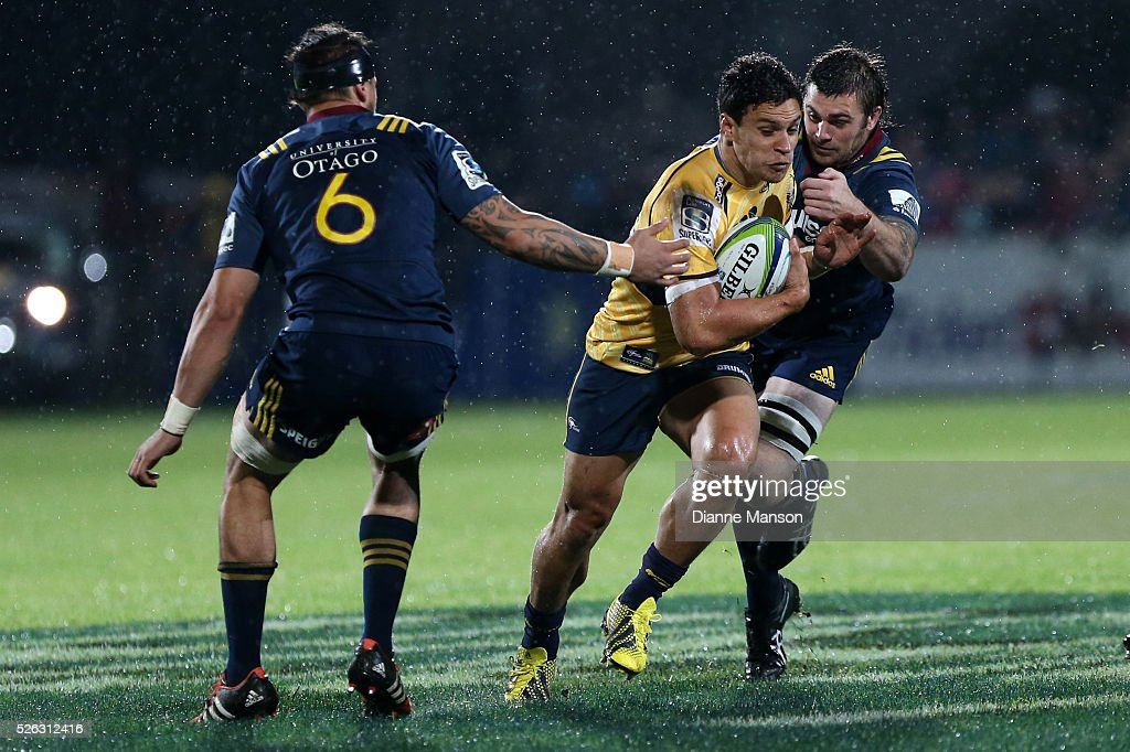 <a gi-track='captionPersonalityLinkClicked' href=/galleries/search?phrase=Matt+Toomua&family=editorial&specificpeople=4695215 ng-click='$event.stopPropagation()'>Matt Toomua</a> (C) of the Brumbies breaks the tackle of Liam Squire (R) of the Highlanders during the Super Rugby round ten match between the Highlanders and Brumbies at Rugby Park on April 30, 2016 in Invercargill, New Zealand.