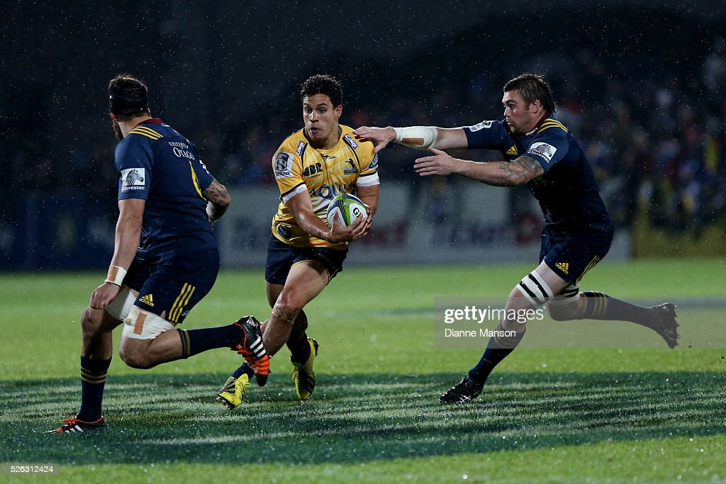 <a gi-track='captionPersonalityLinkClicked' href=/galleries/search?phrase=Matt+Toomua&family=editorial&specificpeople=4695215 ng-click='$event.stopPropagation()'>Matt Toomua</a> (C) of the Brumbies makes a break during the Super Rugby round ten match between the Highlanders and Brumbies at Rugby Park on April 30, 2016 in Invercargill, New Zealand.