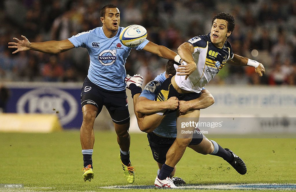 <a gi-track='captionPersonalityLinkClicked' href=/galleries/search?phrase=Matt+Toomua&family=editorial&specificpeople=4695215 ng-click='$event.stopPropagation()'>Matt Toomua</a> of the Brumbies off loads during the round five Super Rugby match between the Brumbies and the Waratahs at GIO Stadium on March 15, 2014 in Canberra, Australia.