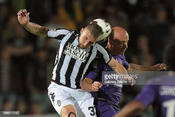 Matteo Rubin of AC Siena fights for the ball with Giulio Migliaccio of ACF Fiorentina during the Serie A match between AC Siena and ACF Fiorentina at...