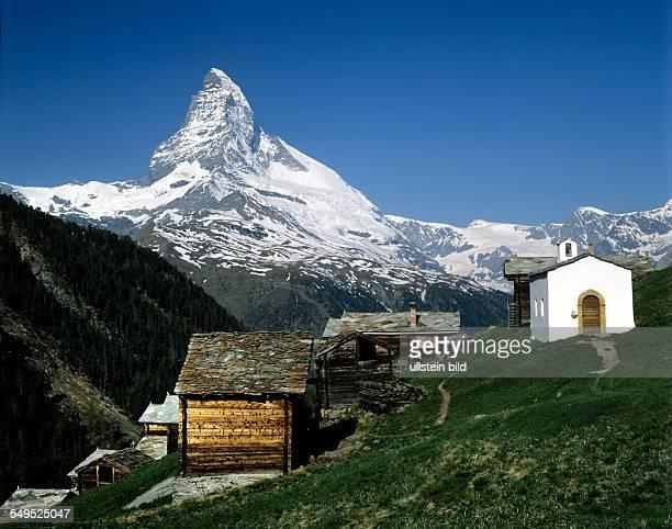 Matterhorn 4478m mit Dorfkapelle Findelen Alm alte Holzhäuser Wallis Schweiz