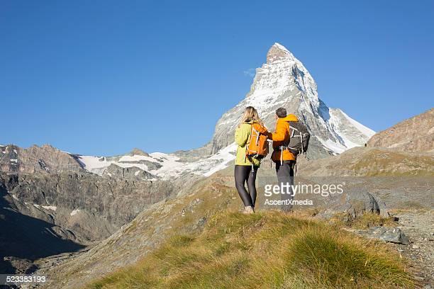 Matterhorn mit Wanderer in Wiese unter