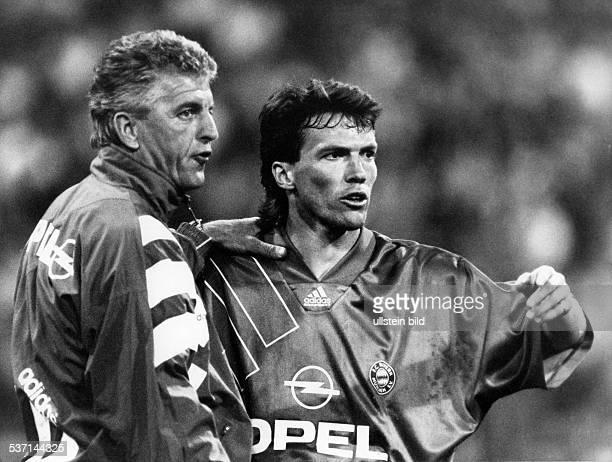 Matthaeus Lothar * Fussballspieler D Spieler der Nationalelf von 19802000 Weltmeister 1990 im Gespraech mit dem Trainer von Bayern Muenchen Erich...